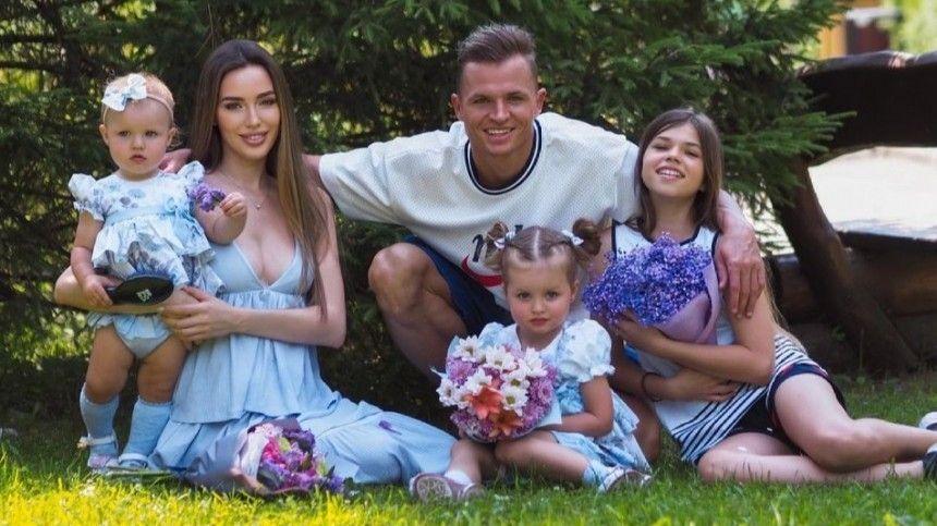 Вбольшой семье экс-возлюбленного Ольги Бузовой содня надень ожидают появления насвет третьего ребенка.