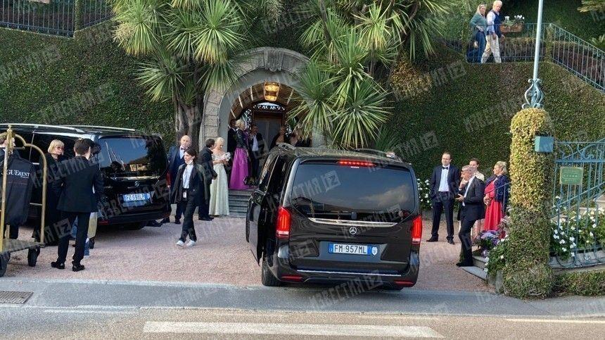 Грандиозную свадьбу россияне устроили наозере Комо. Ведущей торжества стала Ксения Собчак.